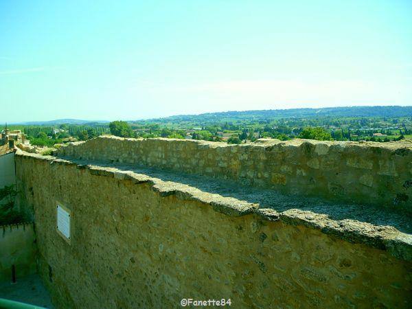 Chemin de ronde en haut des remparts à Courthézon