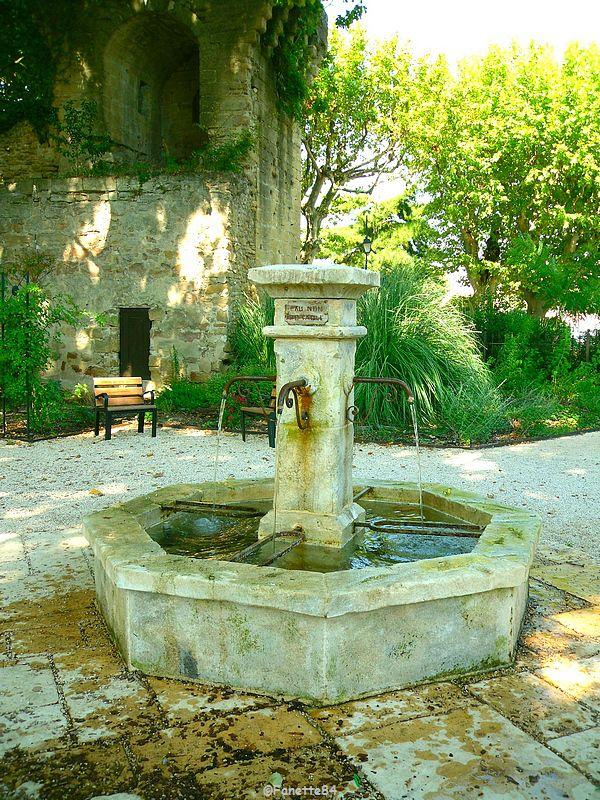 Fontaine dans un petit parc à Courthézon
