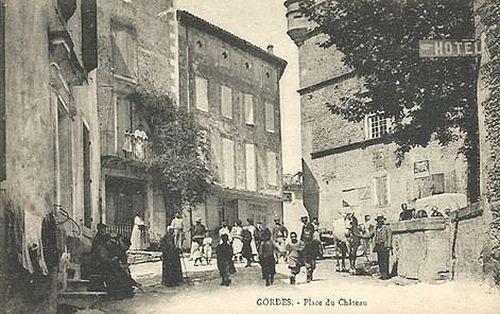 Gordes. Place du Château