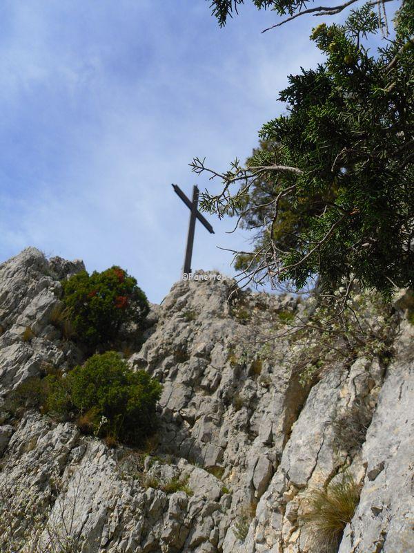 Au sommet de la croix de St Gens