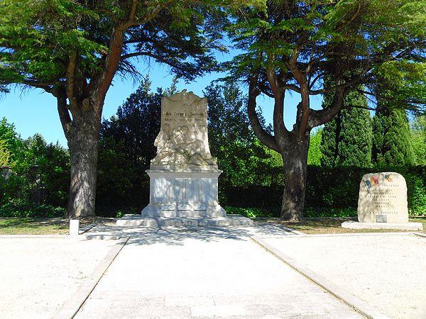 Monument aux Mort au petit parc à Sarrians