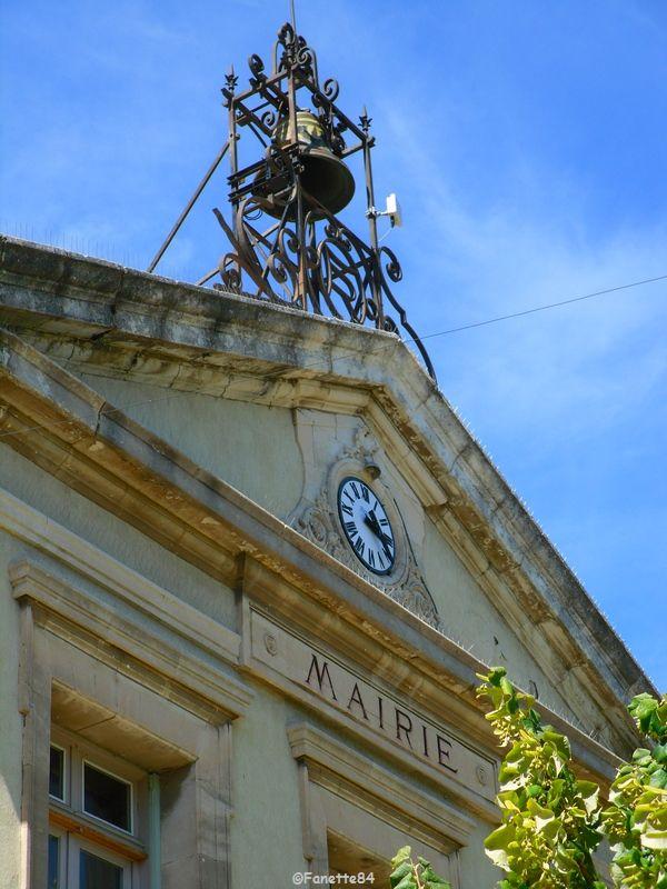 Clocher avec son campanile en fer forgé de la mairie d'Althen les Paluds