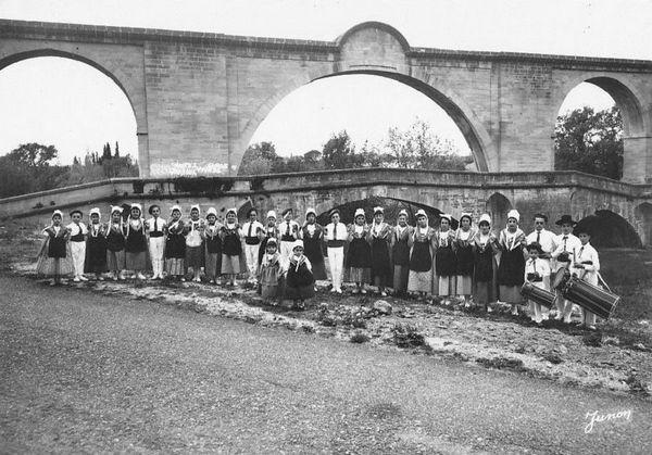 Canal de Carpentras et folklore provençal.