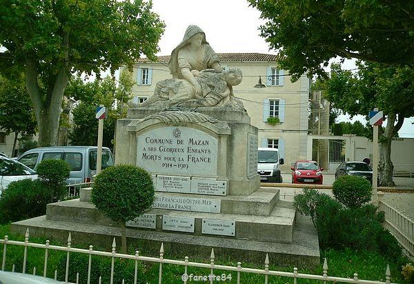 Monument devant la mairie à Mazan