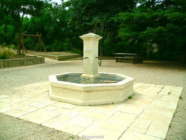 Fontaine dans le jardin de l'Auzon à Mazan