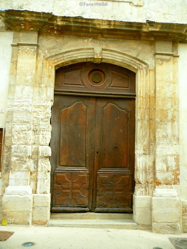 Porte en bois à Malemort Du Comtat