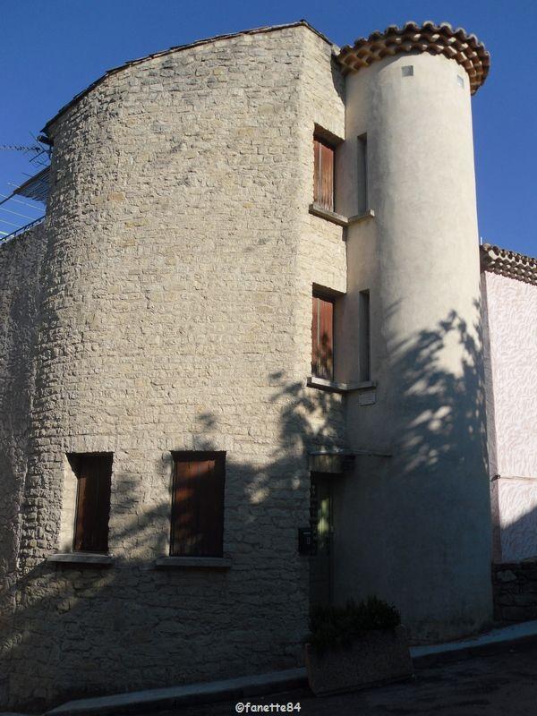 Maison tour ronde à Bédoin