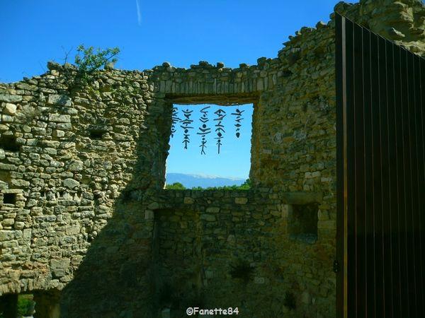 Le Beaucet, mur du château avec vue sur le Mont Ventoux