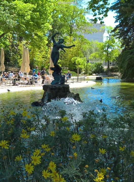"""Fontaine """" La Vénus aux Hirondelles"""" au Rocher des Doms à Avignon"""