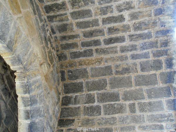 Dessous en pierre d'une porte d'Aubignan