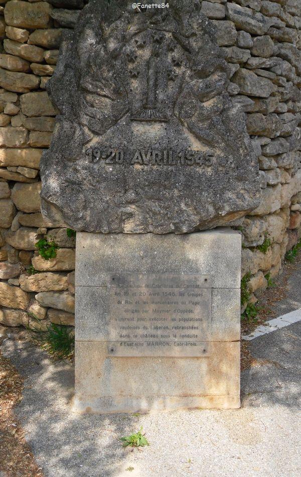 Stèle à l'entrée du château pour rappeler le massacre Vaudois à Cabrières d'Avignon