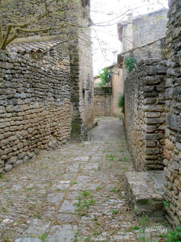 Rue caladée derrière le château de Cabrières d'Avignon