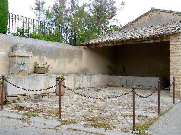 Fontaine et lavoir de Cabrières d'Avignon