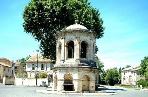 Château d'eau style renaissance à coupole à Bédarrides