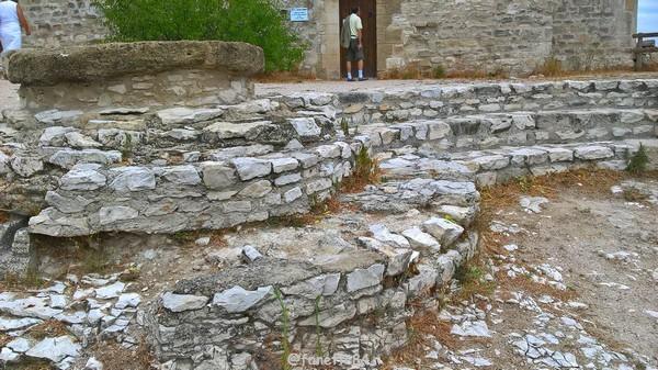 Citerne au château de Thouzon au Thor