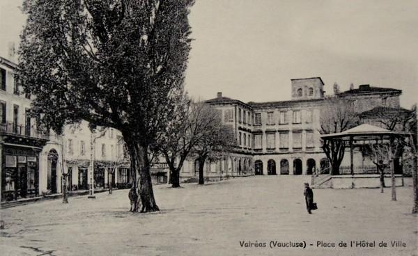 Place de l'hôtel de ville à Valréas