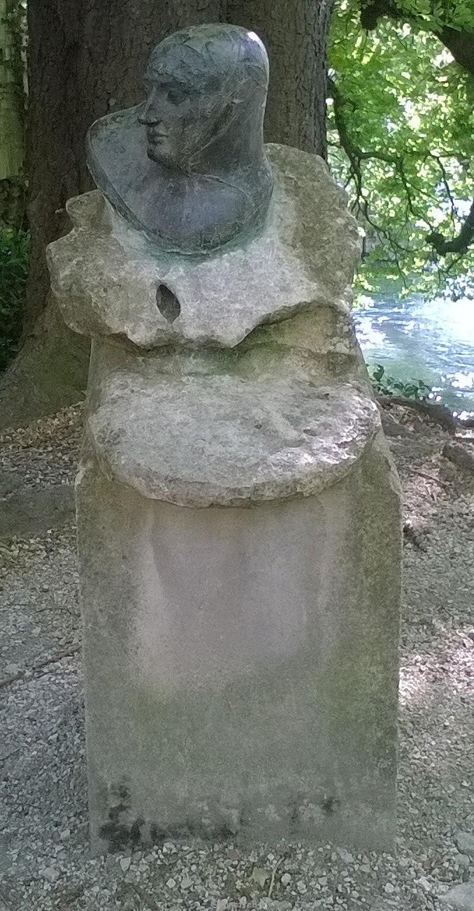 Buste de Laure. Jardin de Pétraque à Fontaine de Vaucluse