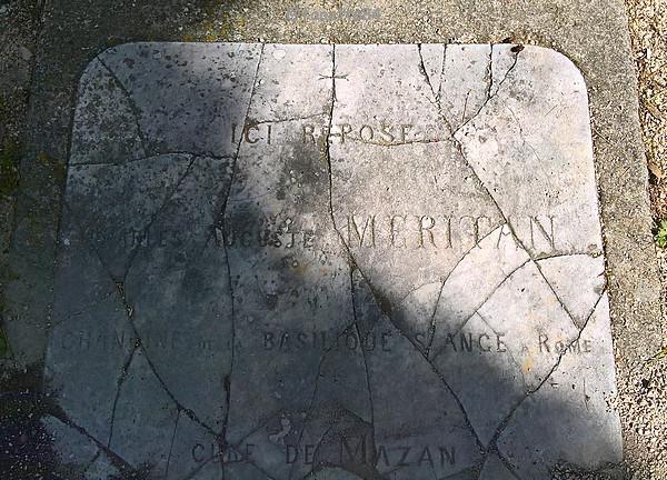 Gravé sur le sol devant la chapelle Notre Dame de Pareloup à Mazan