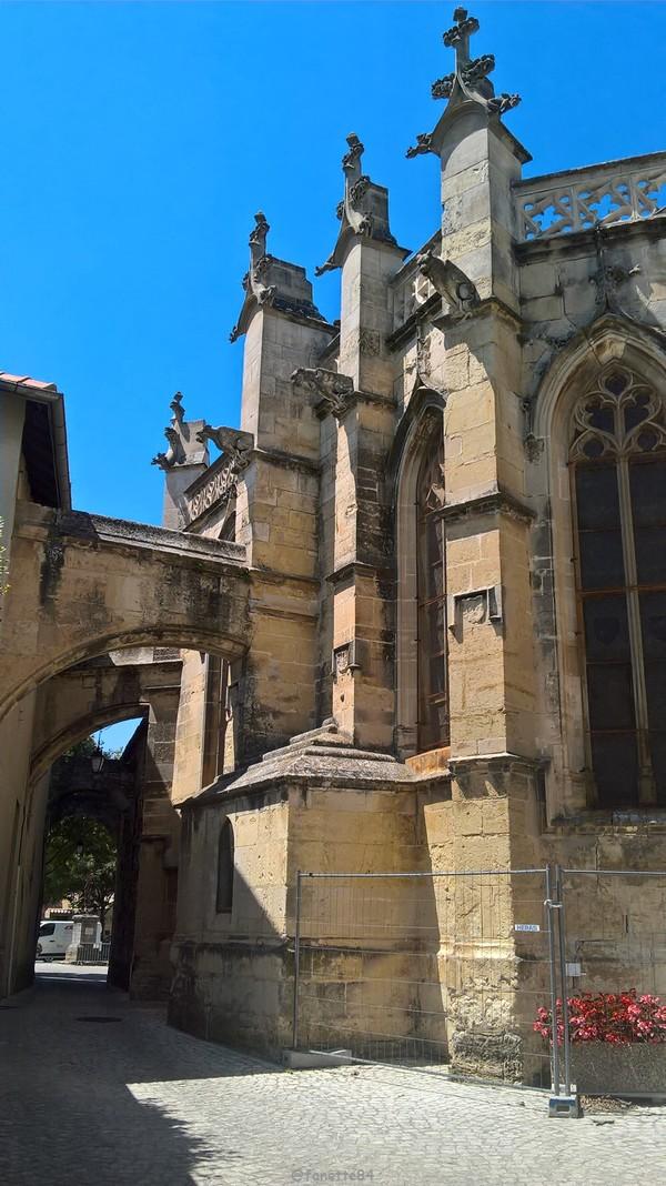 Derrière église st Michel à Caderousse