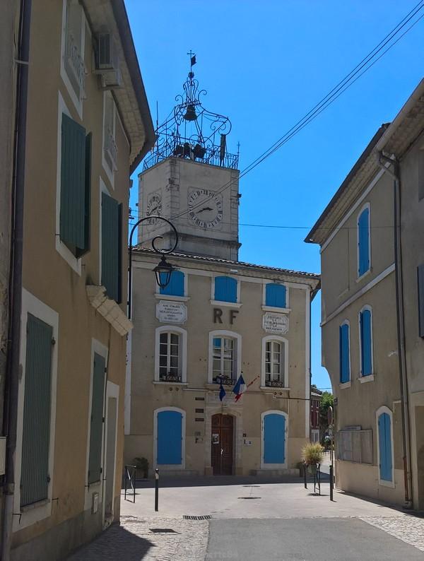 Mairie et campanile en fer forgé à Caderousse