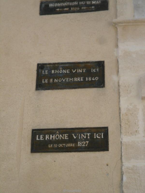 Plaques de crues du Rhône à Caderousse