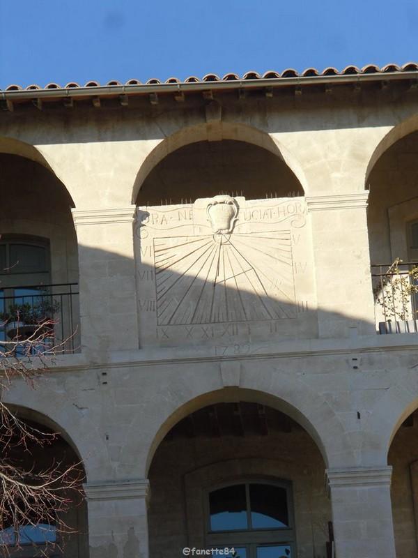 Cadran solaire à la caserne des passagers à Avignon.