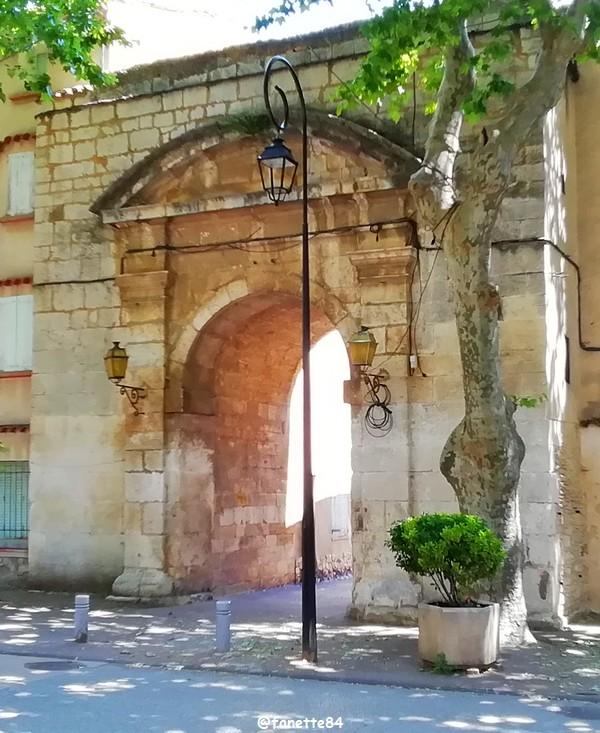 Grand portail à Villes sur Auzon