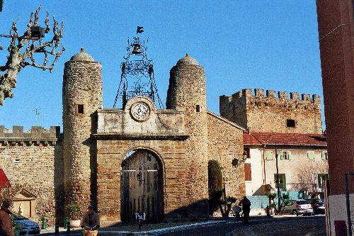 Rempart et un ancien poste de garde surmonté d'un campanile à Camaret sur Aygues