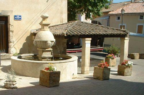 Fontaine et lavoir à Sablet