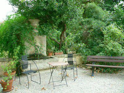 Terrasse avec une fontaine devant l'entrée de la maison de Jean-Henri Fabre