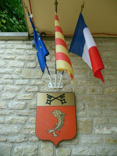 Blason de Saint Romain en Viennois. Les armes se blasonnent ainsi: De gueules au dauphin d'or, au chef du même chargé de deux clefs de sable passées en sautoir.