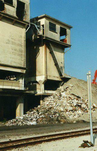 Démolition des tours de glaçage de la STEF Avignon
