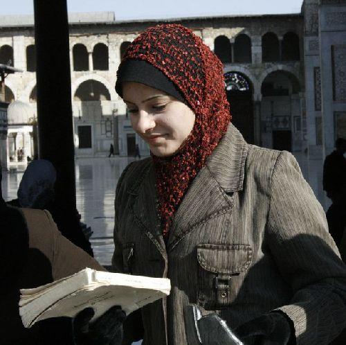 Tout sourire, un livre à la main...