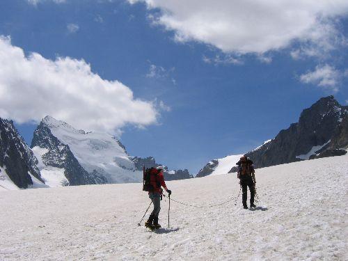Dans l'après midi, progression sur le Glacier Blanc jusqu'au point de bivouac
