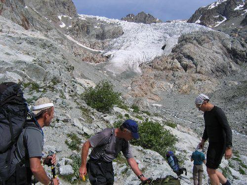 Au-dessus de nos têtes, la langue terminale du Glacier Blanc. Pour les habitués, son recul est perceptible ...