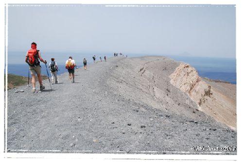Sur la lèvre du cratère du Vulcano, par vent violent ...