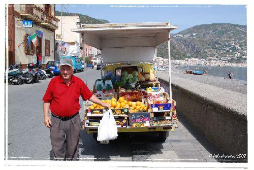 """""""Notre"""" vendeur ambulant de fruits et légumes ; au cas où l'abondance naturelle le long des sentiers ne suffirait pas ..."""