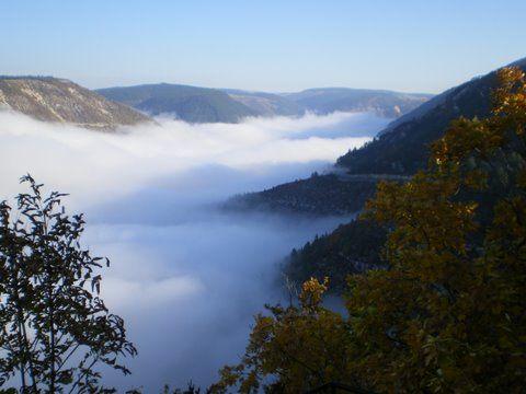 La brume se lève, et bientôt le gouffre ...