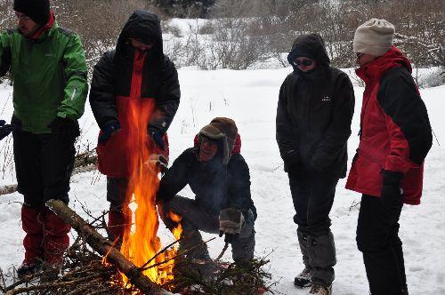 Crépitements de joie autour d'un feu bien cerné