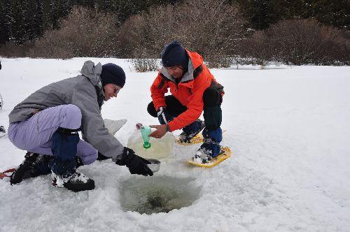Sous la glace, l'eau : à remuer constamment pour éviter qu'elle gèle...