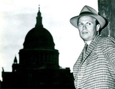 Richard Widmark parcourt la ville en échappant aux policiers et gangsters qui le chassent, c\'est Night and the City (Les forbans de la nuit) (1950) et réalisé par Jules Dassin, bientôt aussi traqué avec une autre chasse !