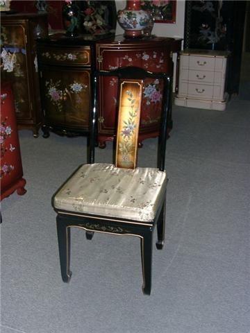 chaise noir doré nacré personnage