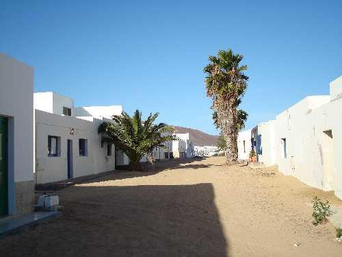 Rue typique avec du sable comme rue