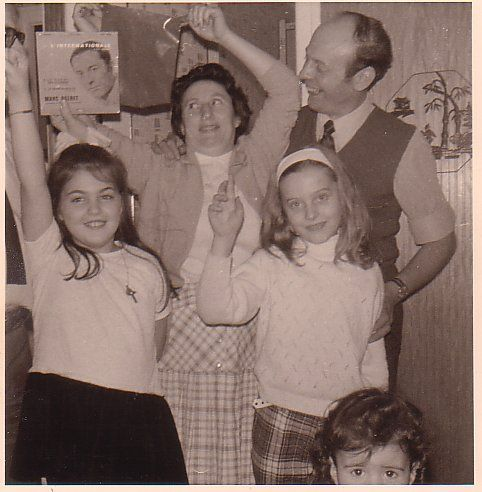 a gauche c'est moi, je chante l'internationale, j'ai 8 ans