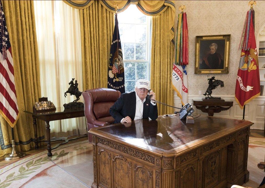 Trump au travail pendant le shutdown janv 2018.jpg
