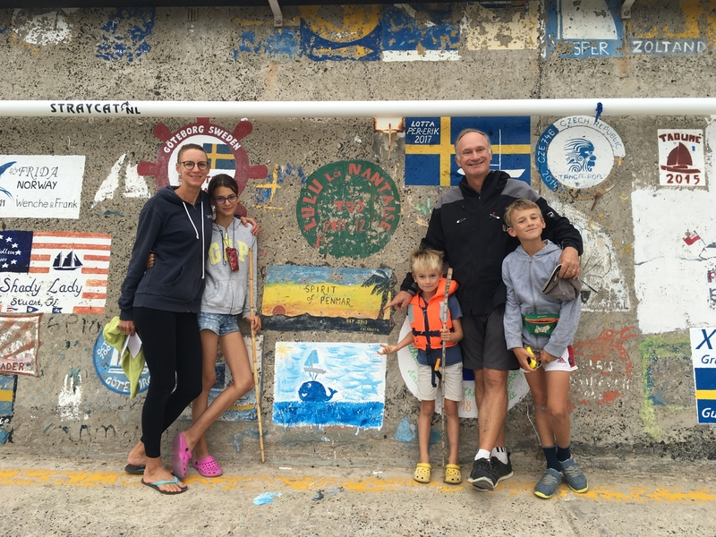 Famille Segard devant son oeuvre à Porto Santo 121688152.jpg