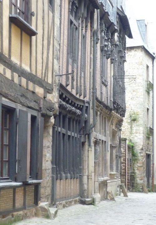 De gauche à droite : la maison du drapier, la maison de l'Ave Maria, la Maison de la reine Bérengère