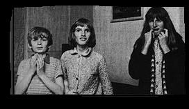 Janet Harper, au centre, la victime d'un poltergeist