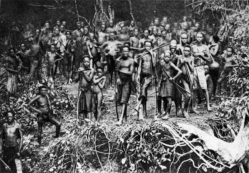 Villageois rassemblés au passage du Roi des Belges à Sankuru en 1888..jpg
