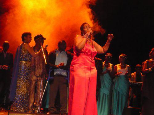 Cecile Kayirebwa entouré des autres artistes rwandais